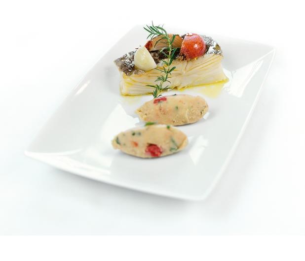 Bacalhau Cozido com Cebolas sobre Puré de Grão, Tomate e Ervinhas