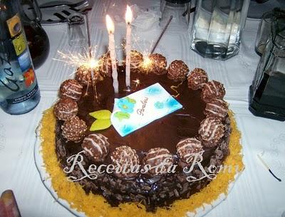 Torta Coberta de Chocolate com Recheio de Ovos Moles de Coco