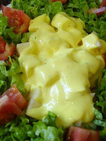 Salada com molho de açafrão