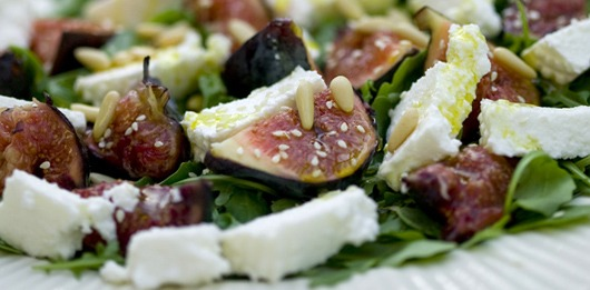 Salada de rúcula com figos pretos e ricotta