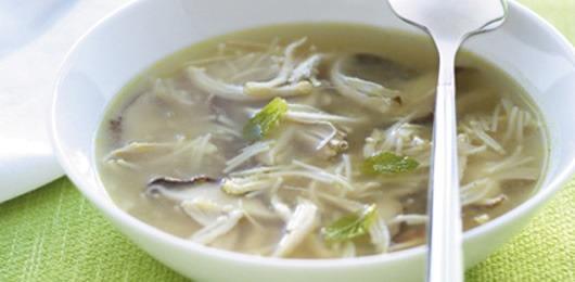 Caldo de galinha com hortelã e cogumelos chineses