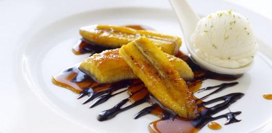 Twist de banana caramelizada com gelado de baunilha e topping de 2 chocolates