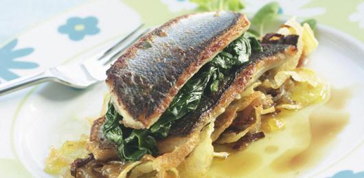 Filete de Robalo com Espinafres e Chips de Cebolada
