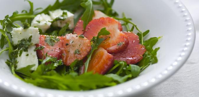 Salada de morangos e rúcula com vinagre de hortelã