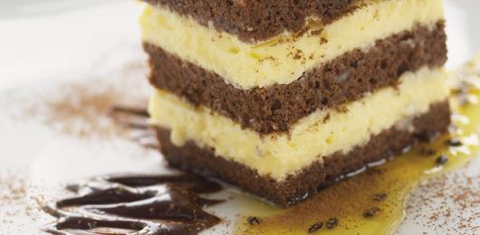 Chiffon de chocolate e amêndoa com mousse caipira