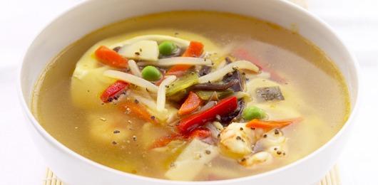 Caldo de legumes com ravioli de queijo e cogumelos