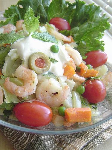 Salada de legumes com camarão
