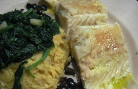 Bacalhau com grão e espinafre