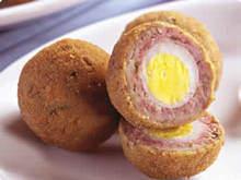 Bolo de carne moída recheado com ovos