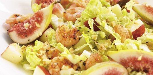 Salada de camarão com figos e molho de iogurte