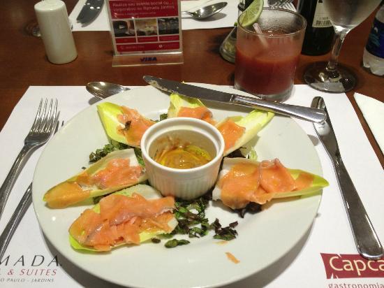 Salada de endívia com salmão marinado