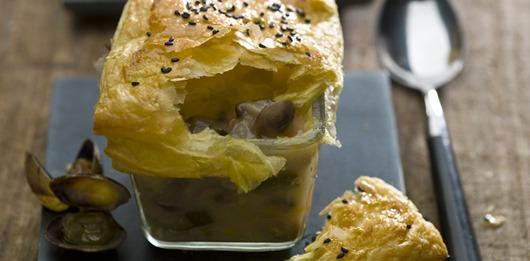 Sopa folhada de cogumelos com amêijoas