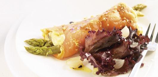 Rolinhos de salmão fumado com espargos verdes