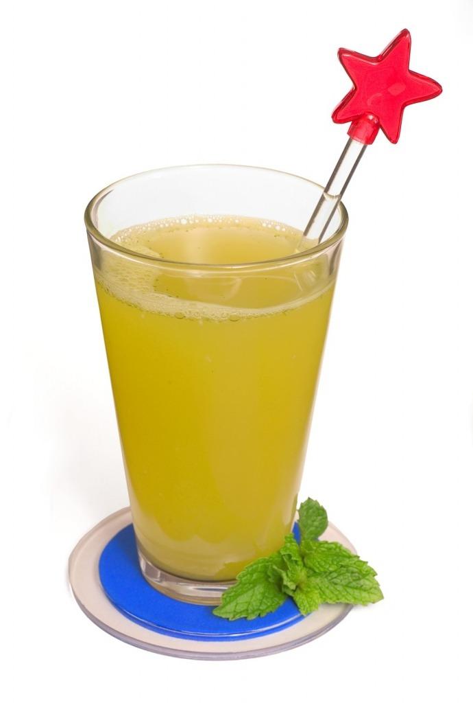 Suco de casca de abacaxi com hortelã
