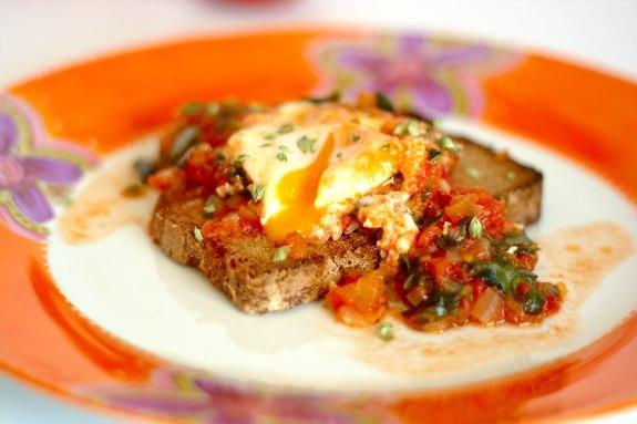 Ovos escalfados com molho de tomate