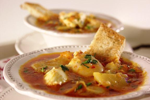 Sopa de Tomate com Bacalhau e Ovos